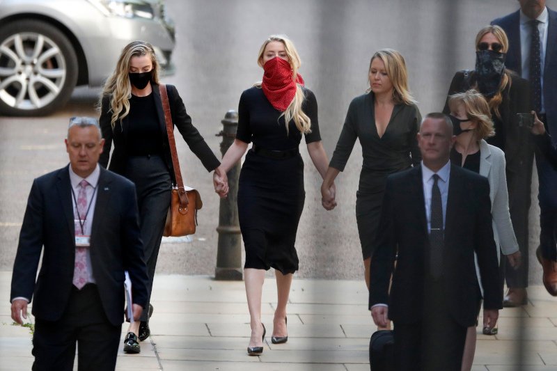Η Άμπερ Χερντ συνοδευόμενη από την αδερφή της, καταφθάνει στο δικαστήριο του Λονδίνου, όπου εκδικάζεται η αγωγή που κατέθεσε ο Τζόνι Ντεπ κατά της βρετανικής The Sun