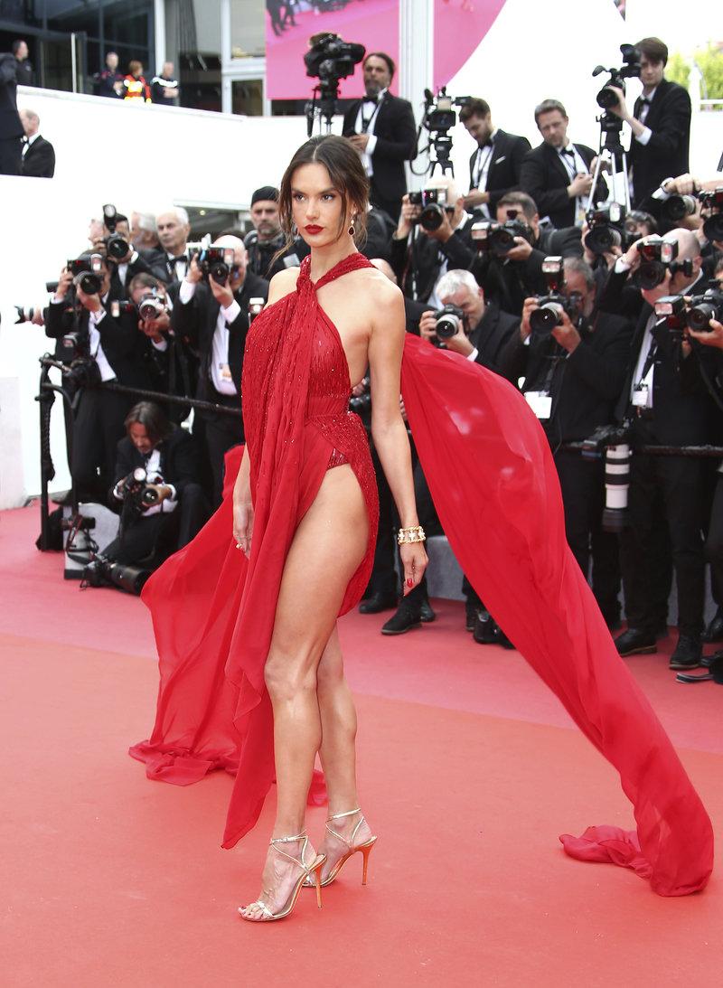 Κάννες 2019: Αλεσάντρα Αμπρόζιο στο κόκκινο χαλί
