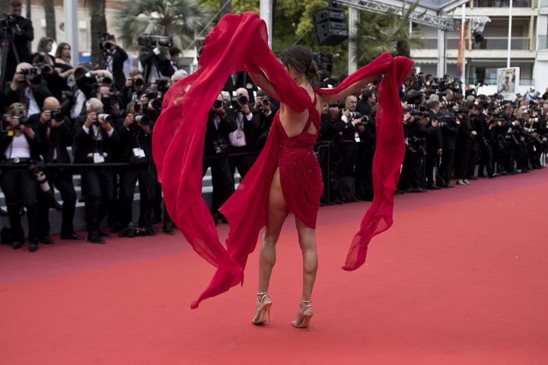 Κάννες 2019: Αλεσάντρα Αμπρόζιο με κόκκινο φόρεμα στο κόκκινο χαλί