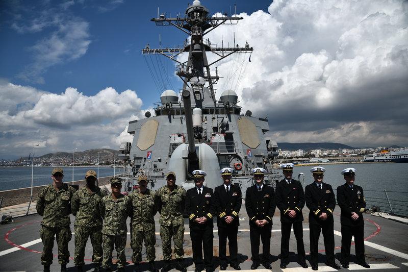 Μέλη του πληρώματος του USS Mitscher ποζάρουν με καμάρι στο φακό