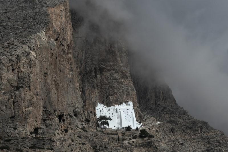 Η Μονή της Παναγίας της Χοζοβιώτισσας στην Αμοργό, είναι κτισμένη στην απόκρημνη νότια ακτή του νησιού, σε υψόμετρο 300 μέτρα \