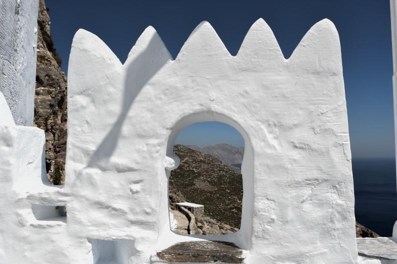 Στο εσωτερικό του κτιρίου βρίσκονται αψίδες βυζαντινές ή οξυκόρυφες, κτισμένες από πωρόλιθο από τη Μήλο