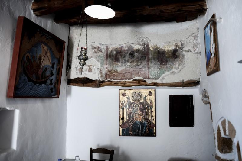 Σύμφωνα με την τοπική παράδοση, η εικόνα της Παναγιάς Χοζοβιώτισσας έφτασε την εποχή της Εικονομαχίας δια θαλάσσης στον όρμο της Αγίας Άννας