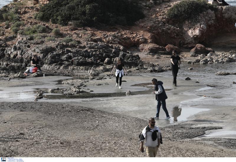 Το φυσικό φαινόμενο της άμπωτης στη θαλάσσια περιοχή στο Καβούρι Αττικής