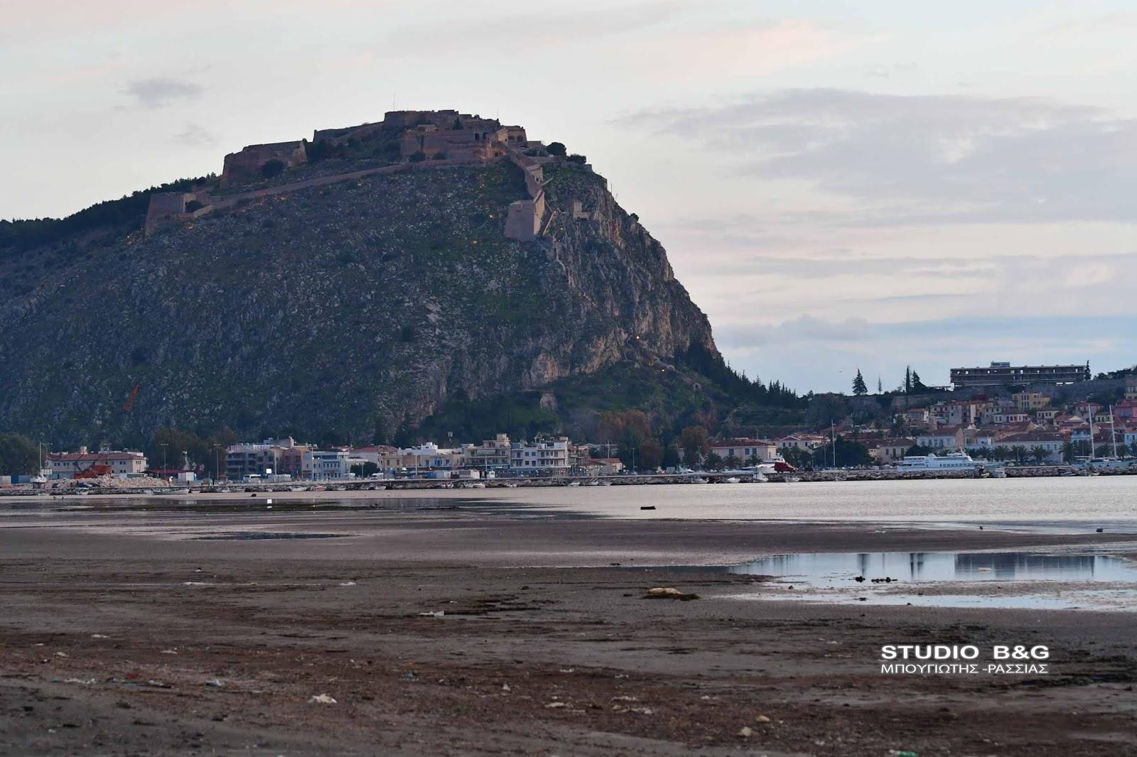 Απίστευτη άμπωτη στο Ναύπλιο: Η θάλασσα τραβήχτηκε περισσότερο από 150 μέτρα