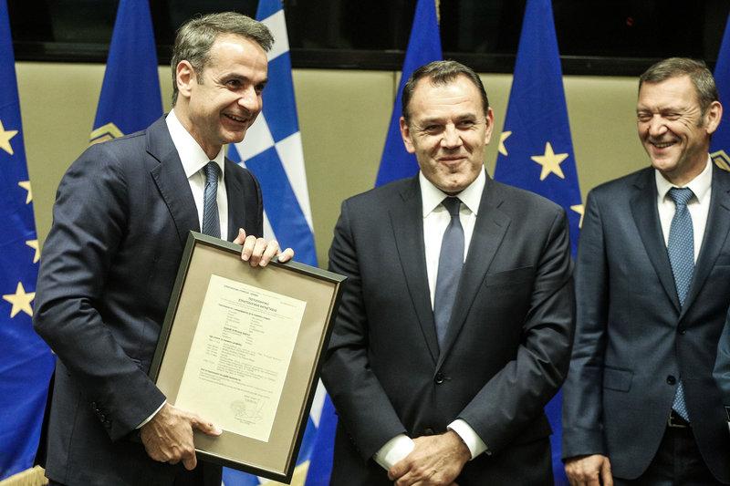 Ο υπουργός Άμυνας Νίκος Παναγιωτόπουλος δώρισε  στον  Κυριάκο Μητσοτάκη το δελτίο κατάταξής του στην Πολεμική Αεροπορία.