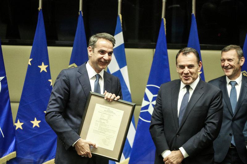 Ο κ. Μητσοτάκης έλαβε μια τιμητική πλακέτα από τον υπουργό Άμυνας, Νίκο Παναγιωτόπουλο με τον θυρεό του Γενικού Επιτελείου Εθνικής Άμυνας