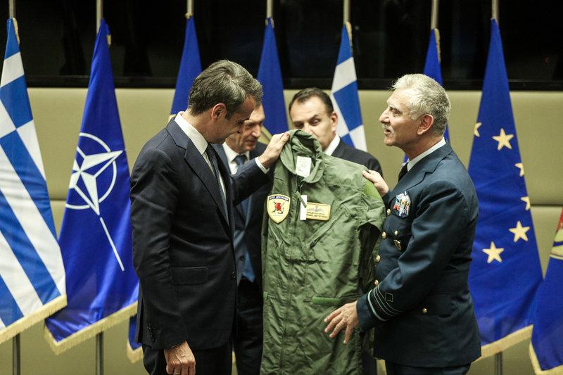 Ο αρχηγός ΓΕΕΘΑ χάρισε στον Κ. Μητσοτάκης στολή πιλότου μαχητικού με το όνομά του