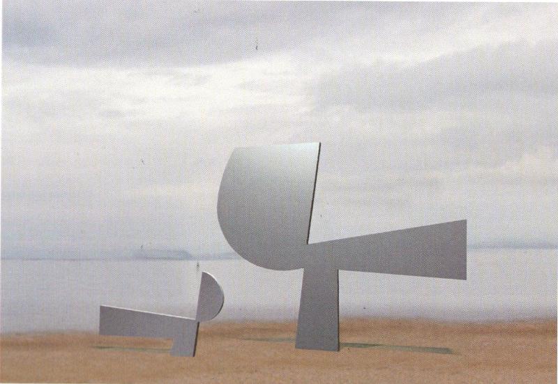 Φωτορεαλιστική αναπαράσταση του γλυπτού τοποθετημένου στο ύπαιθρο, από τον κατάλογο της έκθεσης του Γιάννη Μόραλη «Προεκτάσεις», Αθήνα, Γκαλερί Ζουμπουλάκη, 2004.