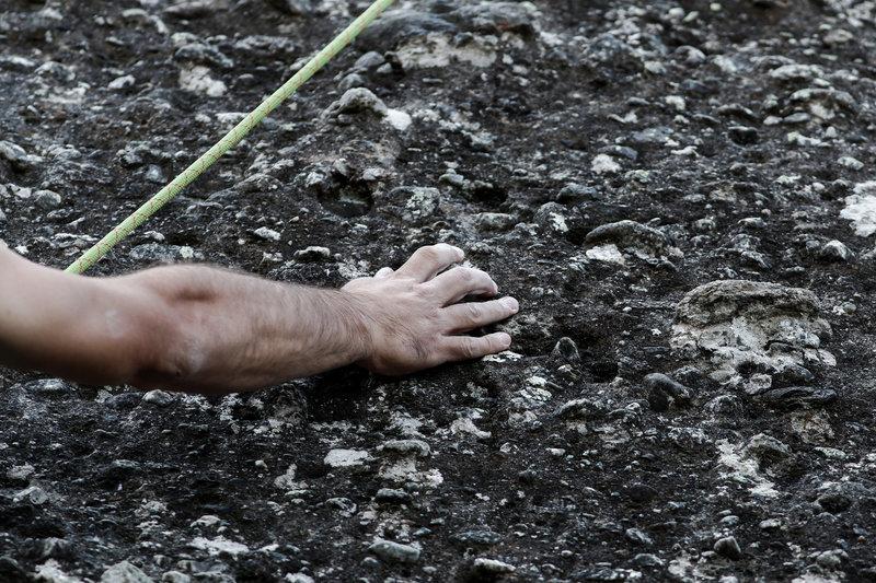 Το πέτρωμα του ψαμμίτη επάνω στο οποίο πρέπει να γαντζωθούν οι τολμηροί αναρριχητές