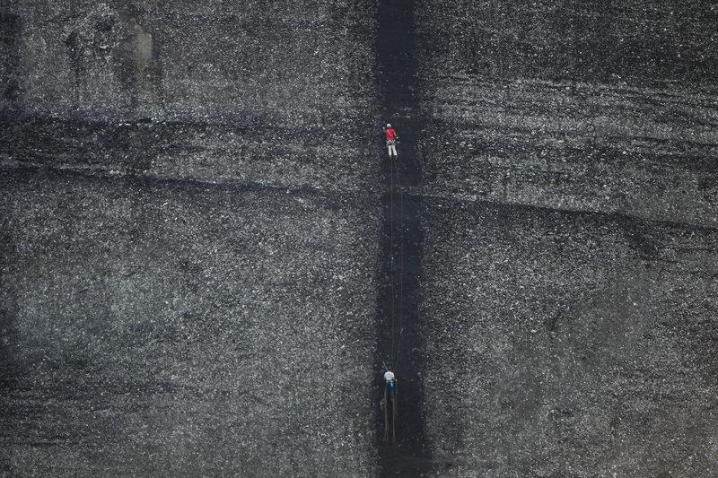 Σαν δυο κουκκίδες οι αναρριχητές που σκαρφαλώνουν στο βράχο των Μετεώρων
