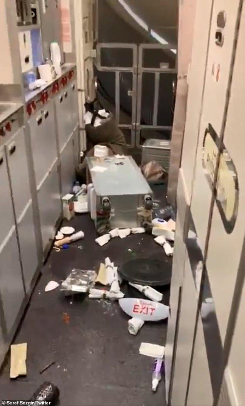 Πεσμένα αντικείμενα στο πάτωμα του αεροσκάφους μετά τις αναταράξεις