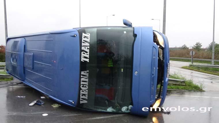 Το λεωφορείο που ανατράπηκε λίγο έξω από το Νησέλι