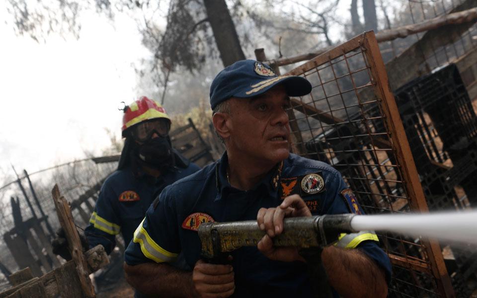 Μάχη με τις αναζωπυρώσεις για δεύτερη ημέρα δίνουν οι πυροσβέστες στην Εύβοια