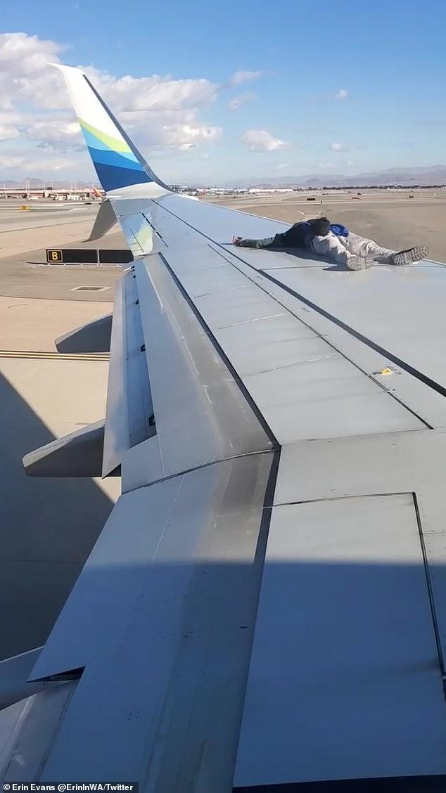 Ο άγνωστος άνδρας, ανέβηκε και ξάπλωσε πάνω στο φτερό του αεροπλάνου