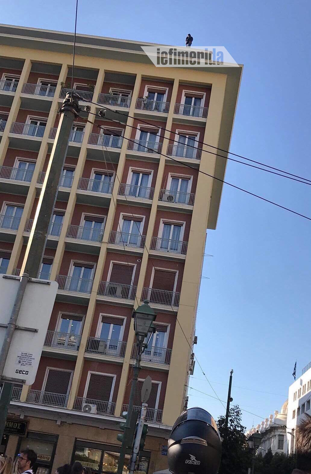 Συμβασιούχος απειλεί να πέσει από τον 8ο όροφο του υπουργείου Εσωτερικών