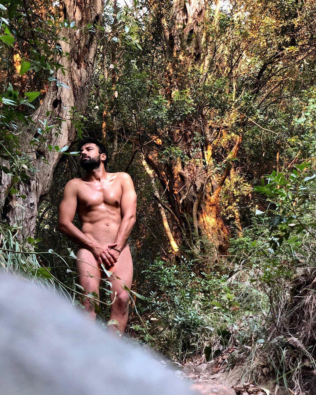 Ο Ανδρέας Γεωργίου γυμνός στο δάσος
