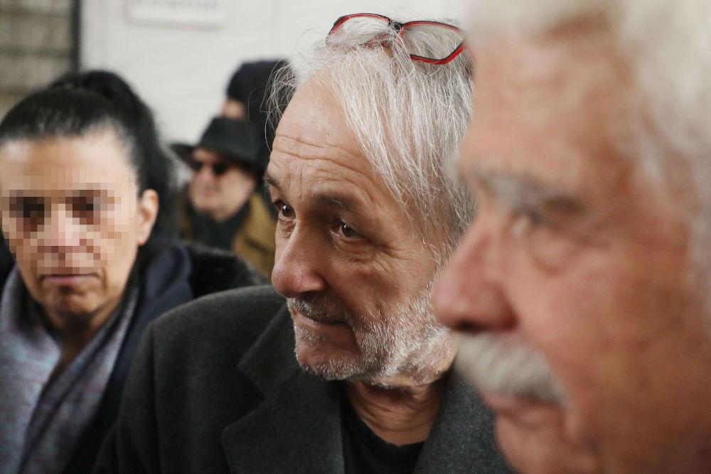 Ο Ανδρέας Μικρούτσικος στην κηδεία του αδερφού του Θάνου στο Α' Νεκροταφείο