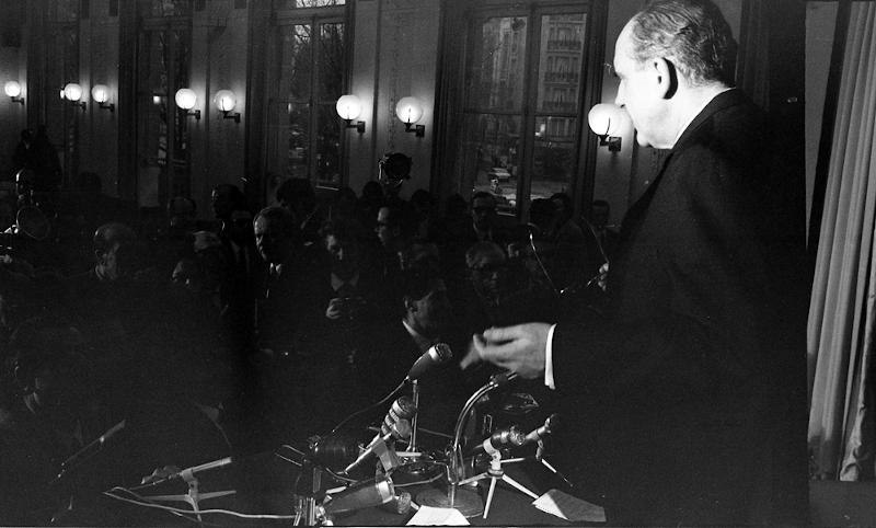 Ο Ο Ανδρέας Παπανδρέου μιλά μπροστά στους δημοσιογράφους