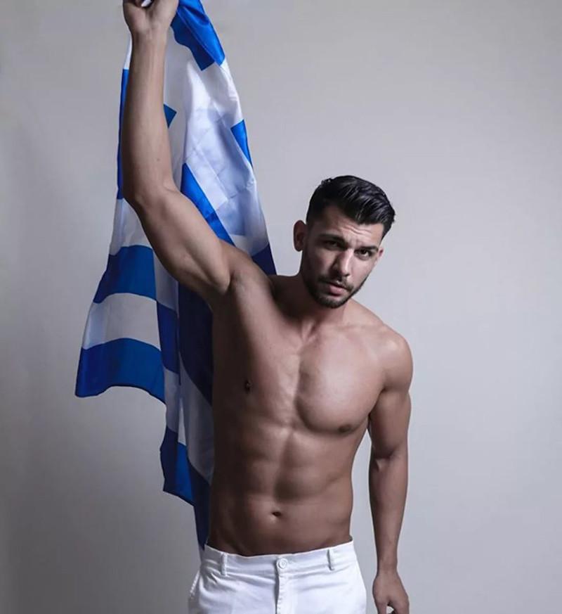 Ο 25χρονος Ανδρέας Μποταϊτης με την ελληνική σημαία