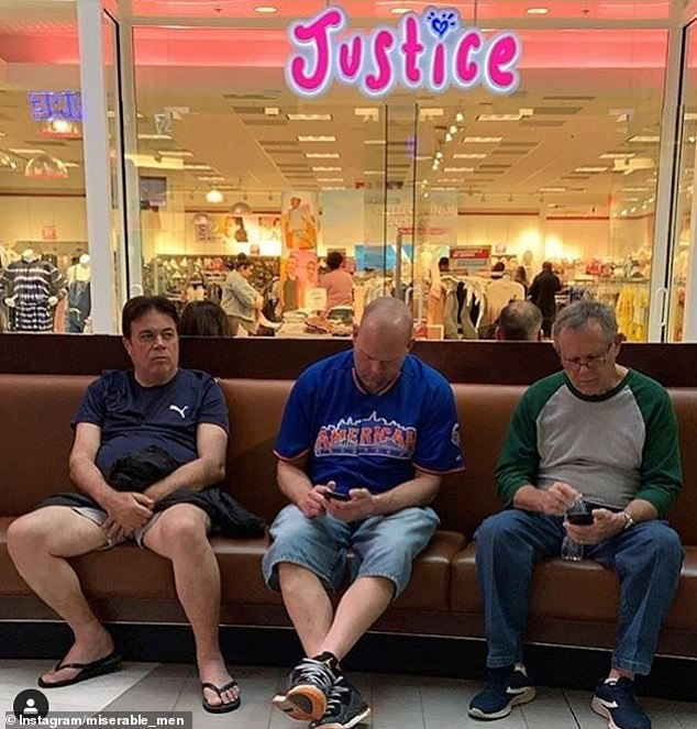 άνδρες που περιμένουν έξω από κατάστημα κοιτούν τα κινητά τους τηλέφωνα