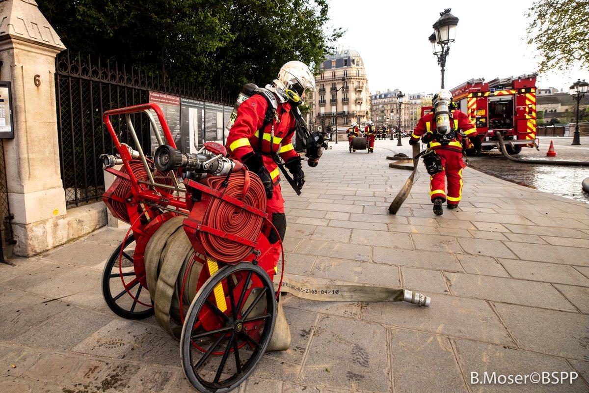 Πυροσβέστες στο Παρίσι στη φωτιά στην Παναγία των Παρισίων