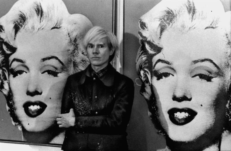 Άντι Γουό9ρχολ μπροστά σε πίνακα Μέριλιν Μονρόε