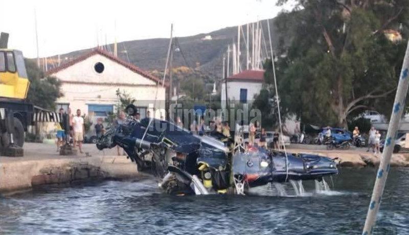 Το ελικόπτερο βγαίνει από το νερό στη θαλάσσια περιοχή μεταξύ Γαλατά και Πόρου