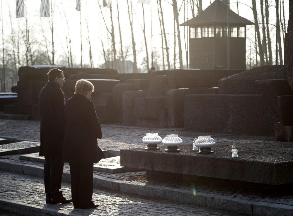 Οι επιγραφές καλούν τον επισκέπτη να θυμάται το Ολοκαύτωμα των Ναζί με μια εξ αυτών και στα ελληνικά