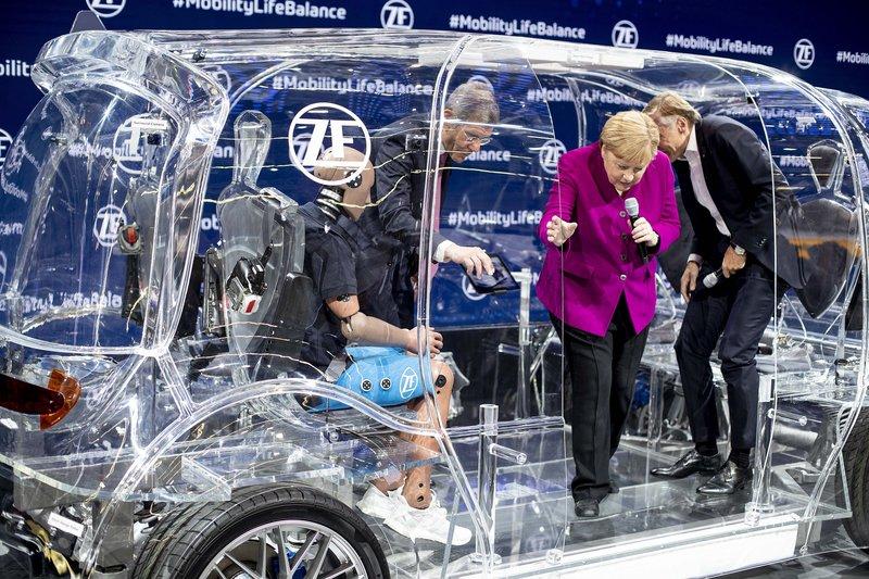 Η Άνγκελα Μέρκελ στην Έκθεση Αυτοκινήτου στην Φρανκφούρτ