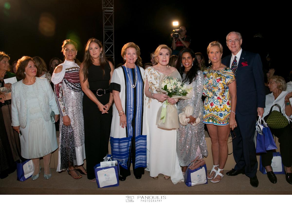 Η Μαριάννα Βαρδινογιάννη ποζάρει με την Άννα Μαρία Γλίξμπουργκ, την Θεοδώρα, την Τατιάνα Γλίξμπουργκ, την πριγκίπισσα Αικατερίνη, την πριγκίπισσα Nayla bint Hamad al Khalifa, την Kerry Kennedy και τον George Brandenburg