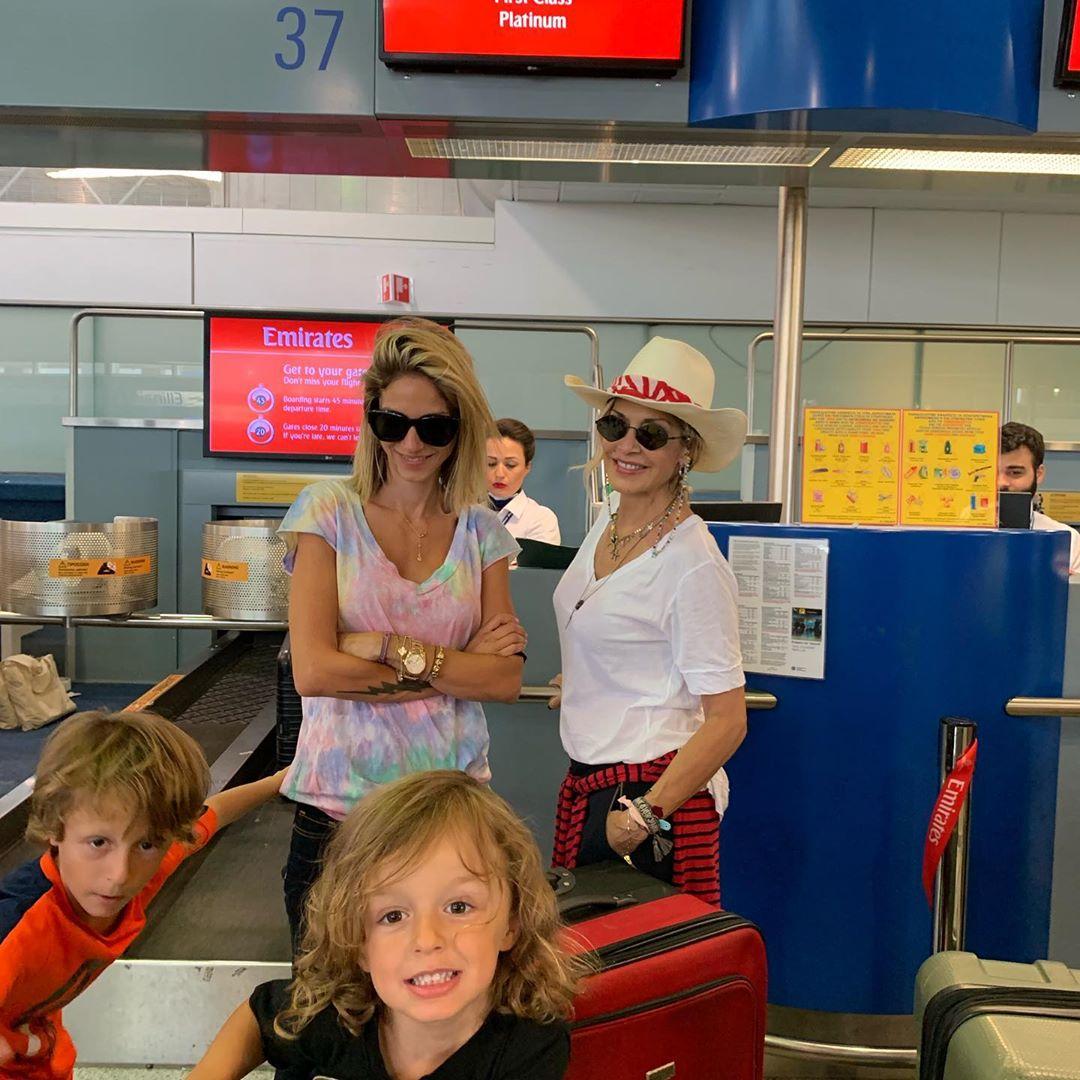 Σοφία Καρβέλα, Άννα Βίσση και οι μικροί Νέστορας και Νίκος στο αεροδρόμιο