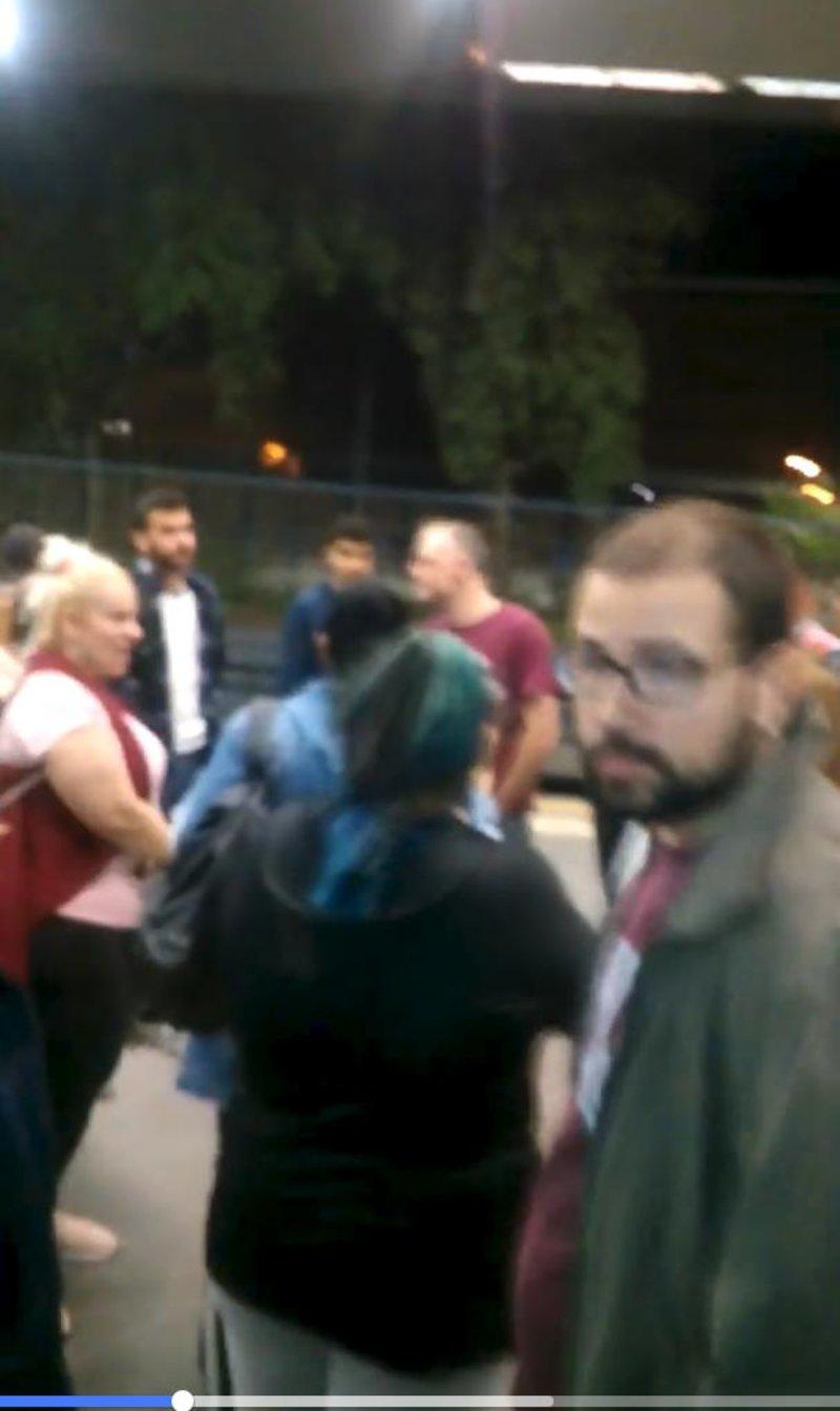 Οι επιβάτες βγαίνουν εκτός του βαγονιού για να διαμαρτυρηθούν