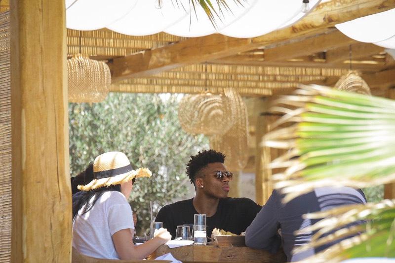 Ο Γιάννης  γευματίζει στο εστιατόριο Zingara του ξενοδοχείου Branco