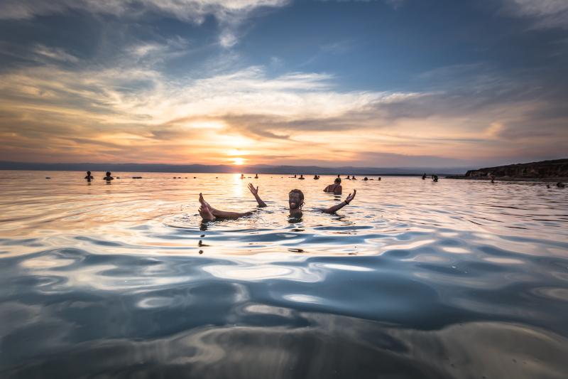 Κολυμβητές επιπλέουν στα νερά της Νεκράς Θάλασσας