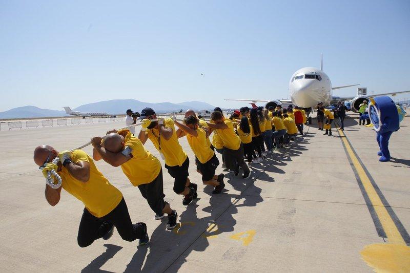 Ανθρωποι τραβάνε Boeing στο αεροδρόμιο «Ελ. Βενιζέλος»