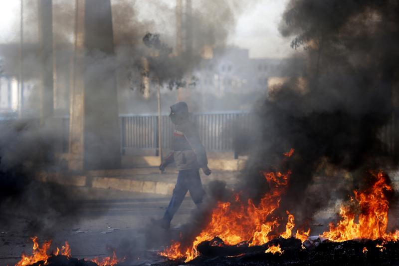Διαδηλωτές έβαλαν φωτιές