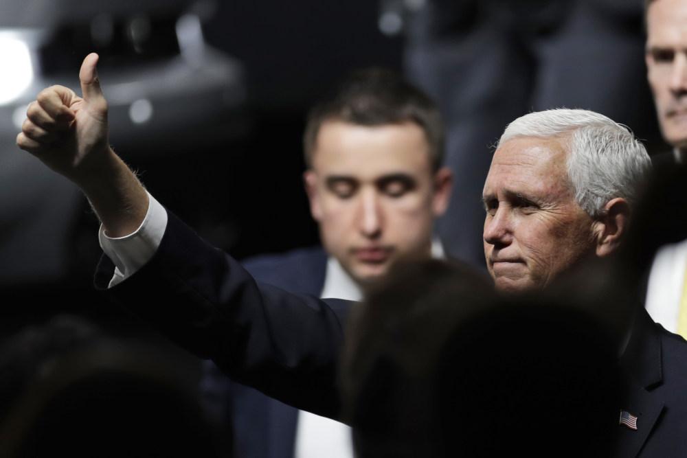 Ο αντιπρόεδρος των ΗΠΑ, Μάικ Πενς κάνει το σήμα «όλα καλά» με υψωμένο αντίχειρα