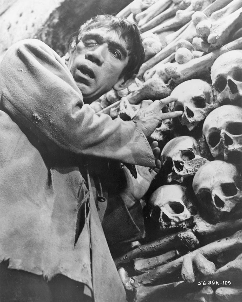 Ο Αντονι Κουίν υποδύεται τον Κουασιμόδο σε ασπρόμαυρη φωτογραφία