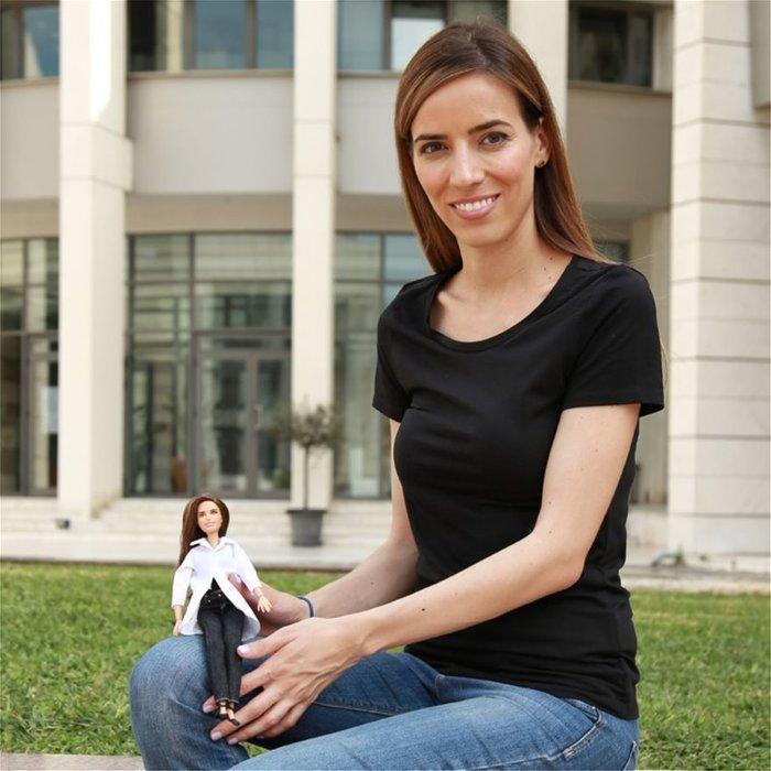 Η Ελένα Αντωνιάδου κρατώντας τον εαυτό της σε κούκλα Barbie