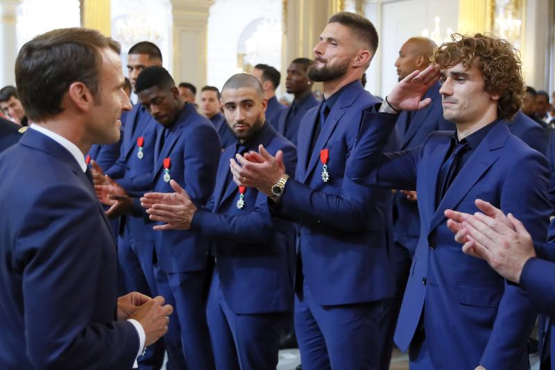 Ο Αντουάν Γκριεζμάν χαιρετά στρατιωτικά τον Εμανουέλ Μακρόν, δίπλα στους συμπαίκτες του