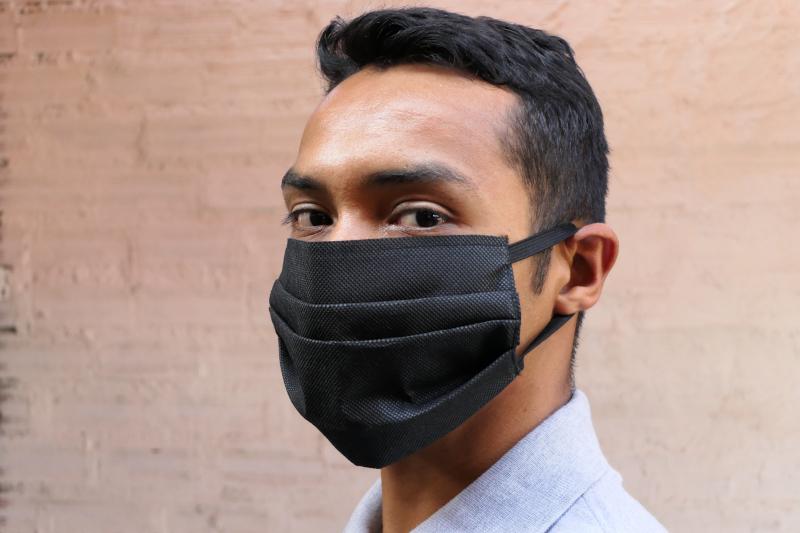 μελαχρινός άντρας με μάσκα