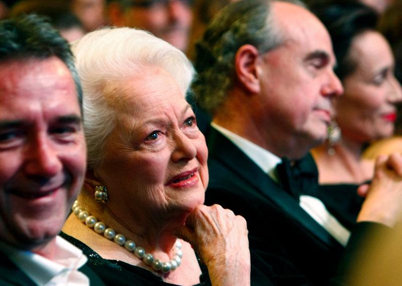 Η Ολίβια ντε Χάβιλαν δακρύζει κατά την βράβευσή της στο Παρίσι