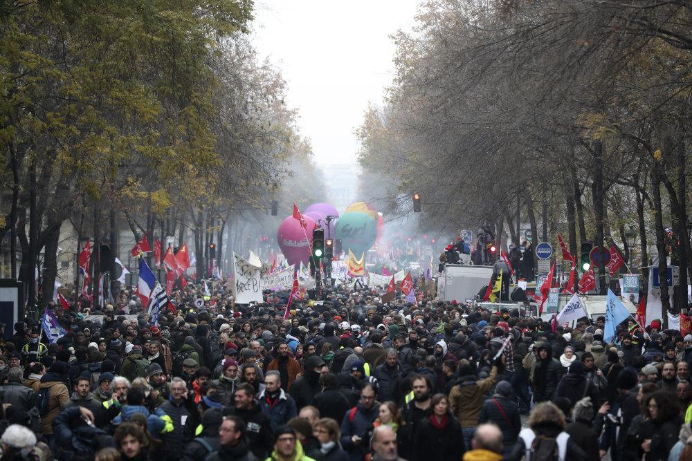Συγκεντρωμένο πλήθος στο Παρίσι διαδηλώνει κατά της μεταρρύθμισης Μακρόν