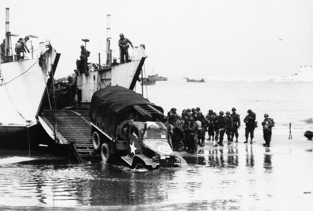 Στρατός και οχήματα πραγματοποιούν την απόβαση στις ακτές της Νορμανδίας