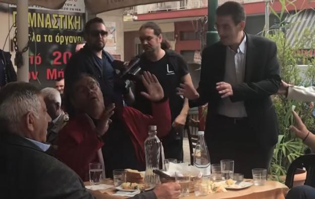 Κάτοικοι αποδοκιμάζουν τον υποψήφιο του ΣΥΡΙΖΑ Χρήστο Γιαννούλη στα Γιαννιτσά