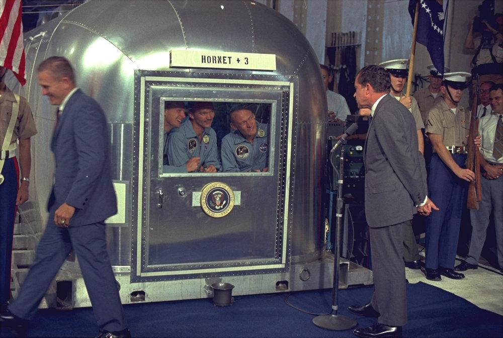 Το πρώτο πλήρωμα αστροναυτών που πάτησαν στη Σελήνη στην αμπούλα απομόνωσης συνομιλούν με τον πρόεδρο Νίξον