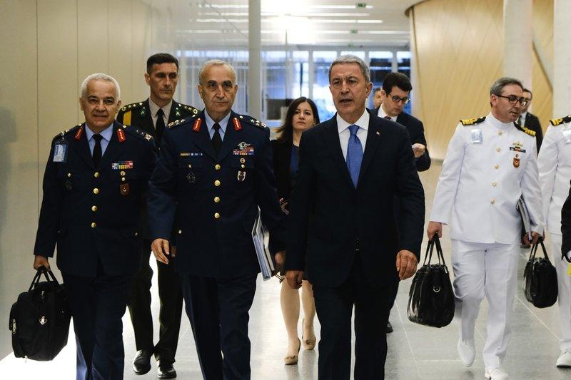 Ο Χουλουσί Ακάρ προσέρχεται στη συνάντηση με Αποστολάκη