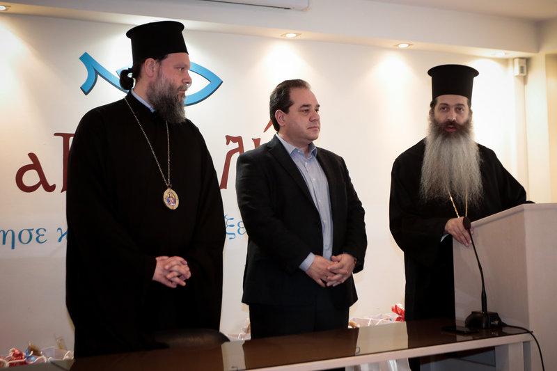 Ο Πρωτοσύγκελλος της Ιεράς Αρχιεπισκοπής Αθηνών Επίσκοπος Θεσπιών Συμεών, ο πρόεδρος της «Αποστολής» Κωστής Δήμτσας και ο Μητροπολίτης Νέας Ιωνίας και Φιλαδελφείας Γαβριήλ