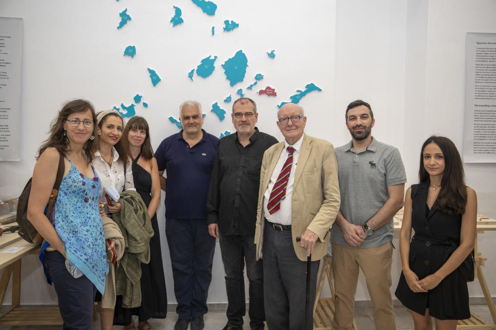 Οι δημοσιογράφοι που συμμετείχαν στην αποστολή με τον Εφορο Αρχαιοτήτων Κυκλάδων Δημήτρη Αθανασούλη και τους αρχαιολόγους Μάικλ Μπόιντ και Κόλιν Ρένφριου